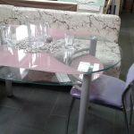 Стеклянные столы для кухни и стулья